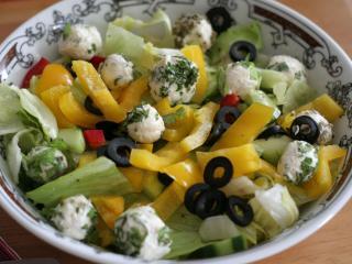 Sajtos zöldséges saláta