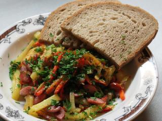 Virsli zöldséggel és krumplival