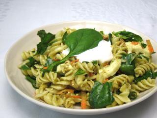Spenót saláta tésztával és mozzarellával