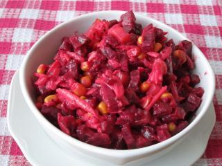 Céklasaláta gyümölccsel és kukoricával