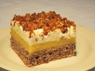 Narancsos sütemény dióval és karamellben