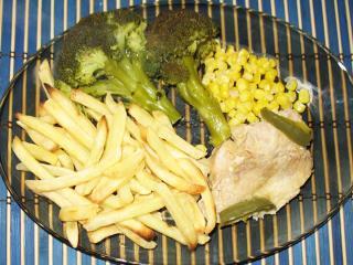 Kukoricán ágyazott pulykamell, hasabburgonyával és brokkolival