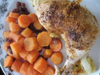 Sült csirkecomb sárgarépával és mazsolával