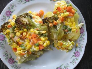 Sült zöldség burgonyán