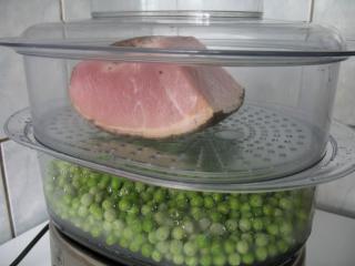 A zöldborsó és a füstölt hús párolása
