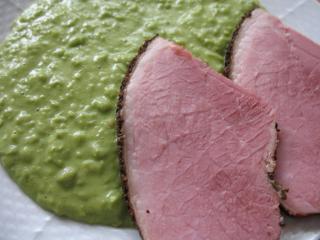 Füstölt hús zöldborsófőzelékkel párolóedényben
