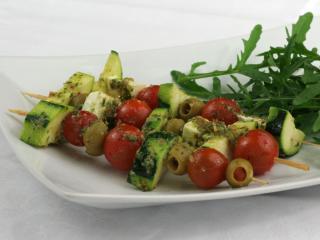 Grillezett zöldségnyársak pesztóval