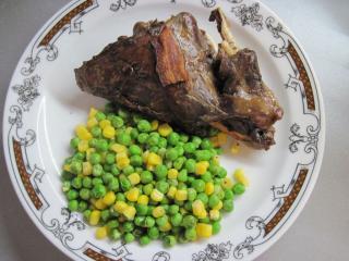 Argentin nyúlhús borsóval és kukoricával