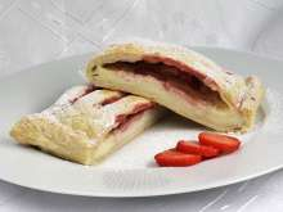 Mascarpone sajtos rácsos sütemény leveles tésztából eperrel.