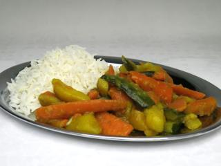 A zöldséges szabdzsit, basmati rizzsel tálaljuk.