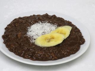 Csokoládés árpakása banánnal.