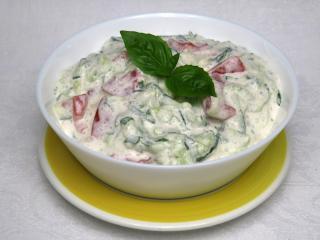 Paradicsom saláta uborkával és tejföllel